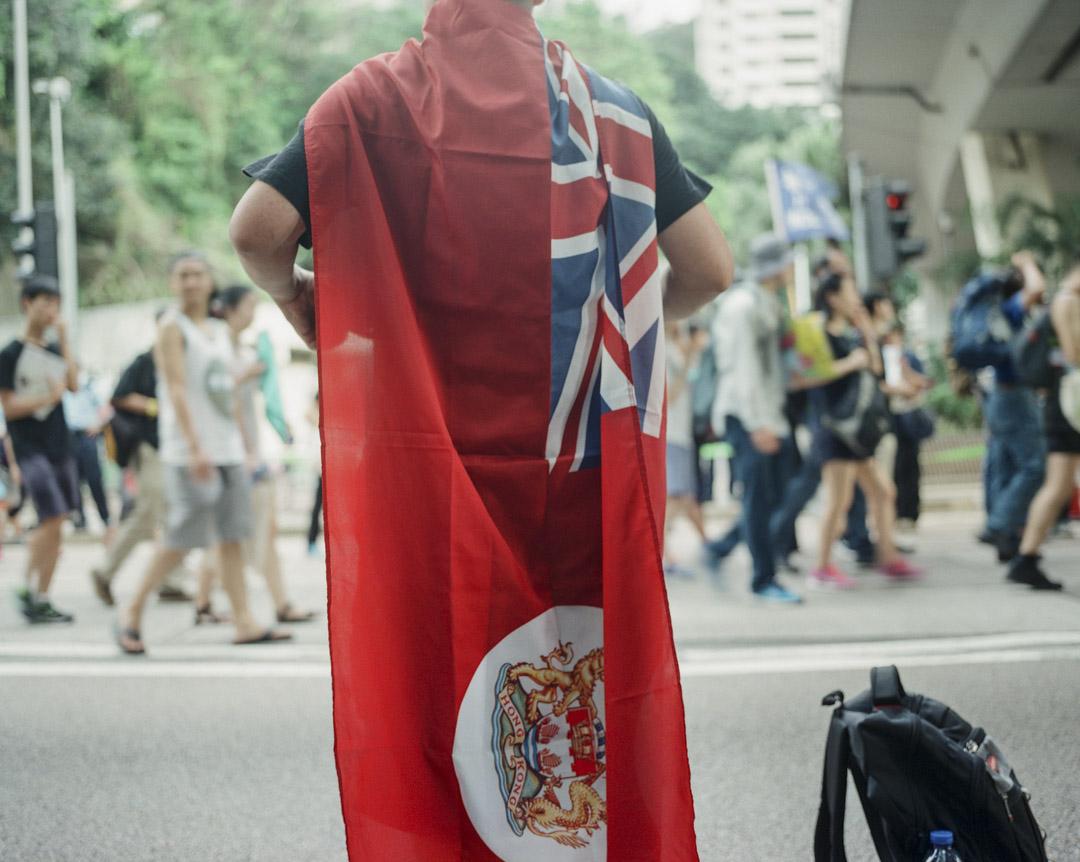 七一遊行,有示威者帶同港英旗參加。