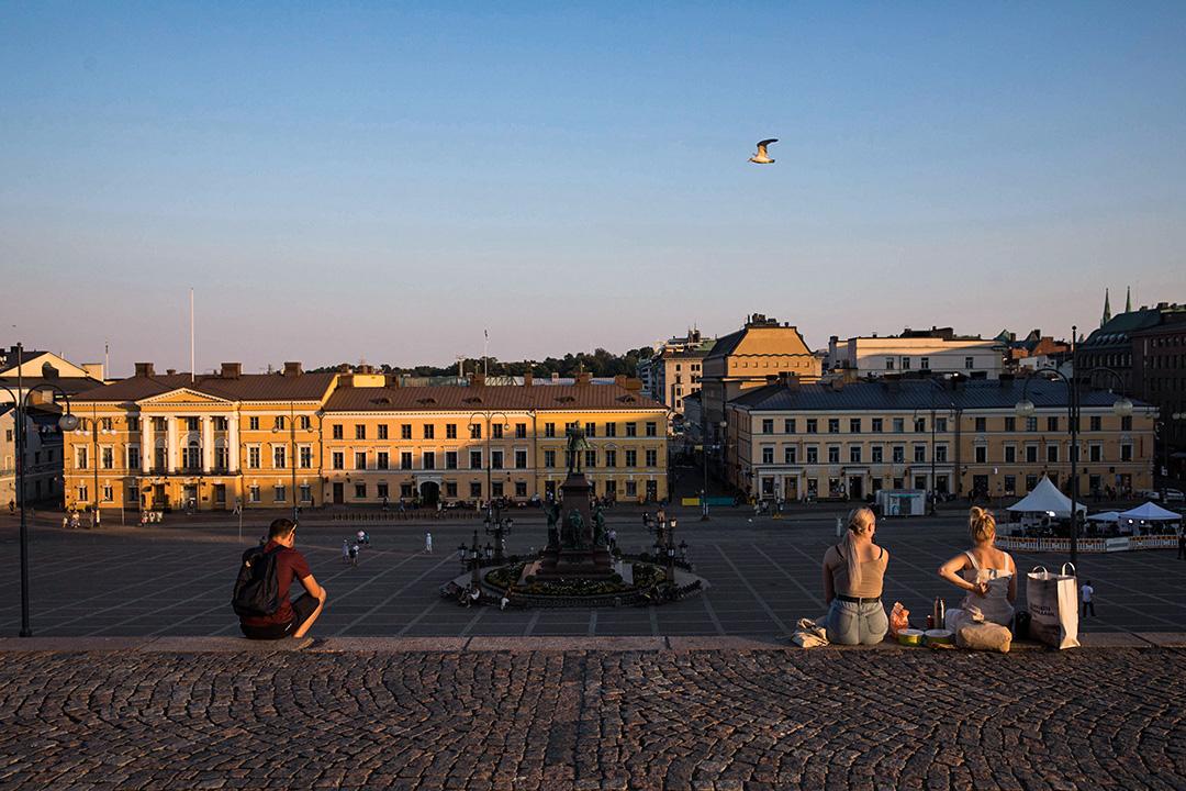 2018年7月16日,赫爾辛基的遊客坐在台階上眺望參議院廣場。