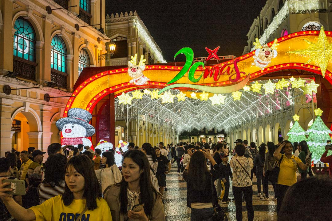 2019年12月18日,旅客在慶祝澳門回歸20周年的裝飾前拍照。