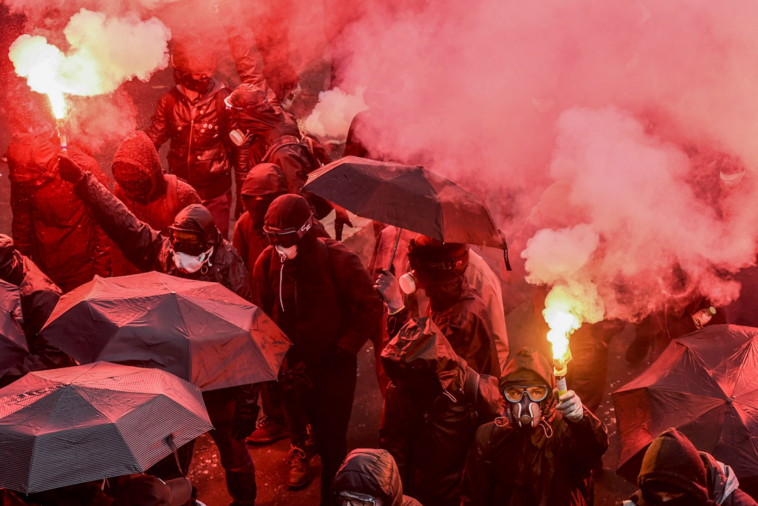 2019年12月5日,法國南特,反對政府退休制度改革的示威者手持煙火。