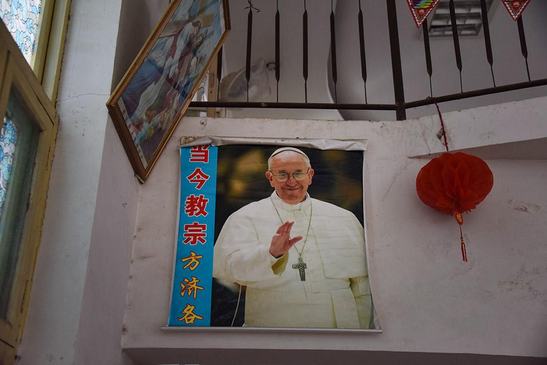 2018年8月12日,中國河南省新村的一個教堂中掛上教宗的海報。