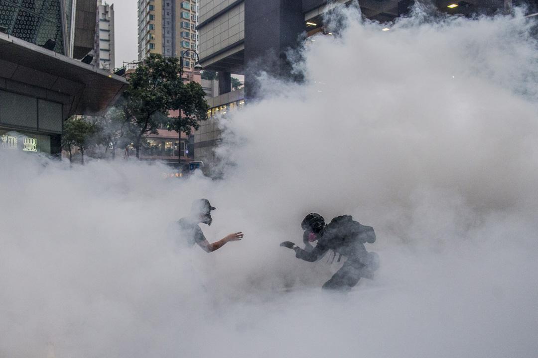 2019年8月25日,荃灣的防暴警察向示威者施放催淚彈。