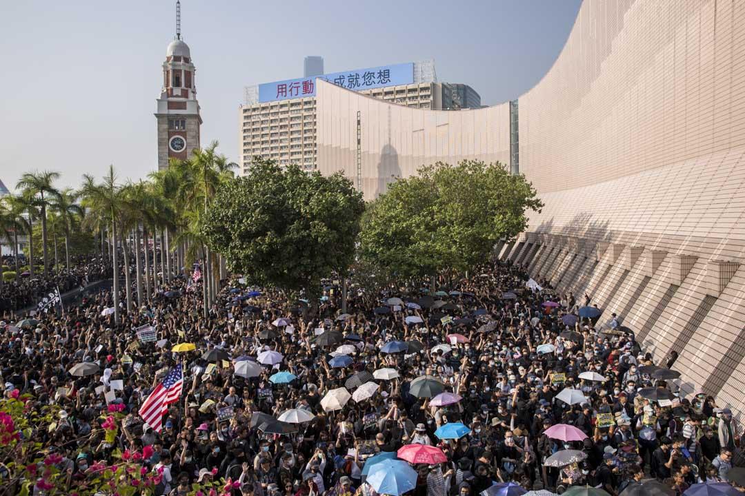 2019年12月1日,區議會選舉後,網民發起尖沙咀「毋忘初心大遊行」。 攝:林振東/端傳媒