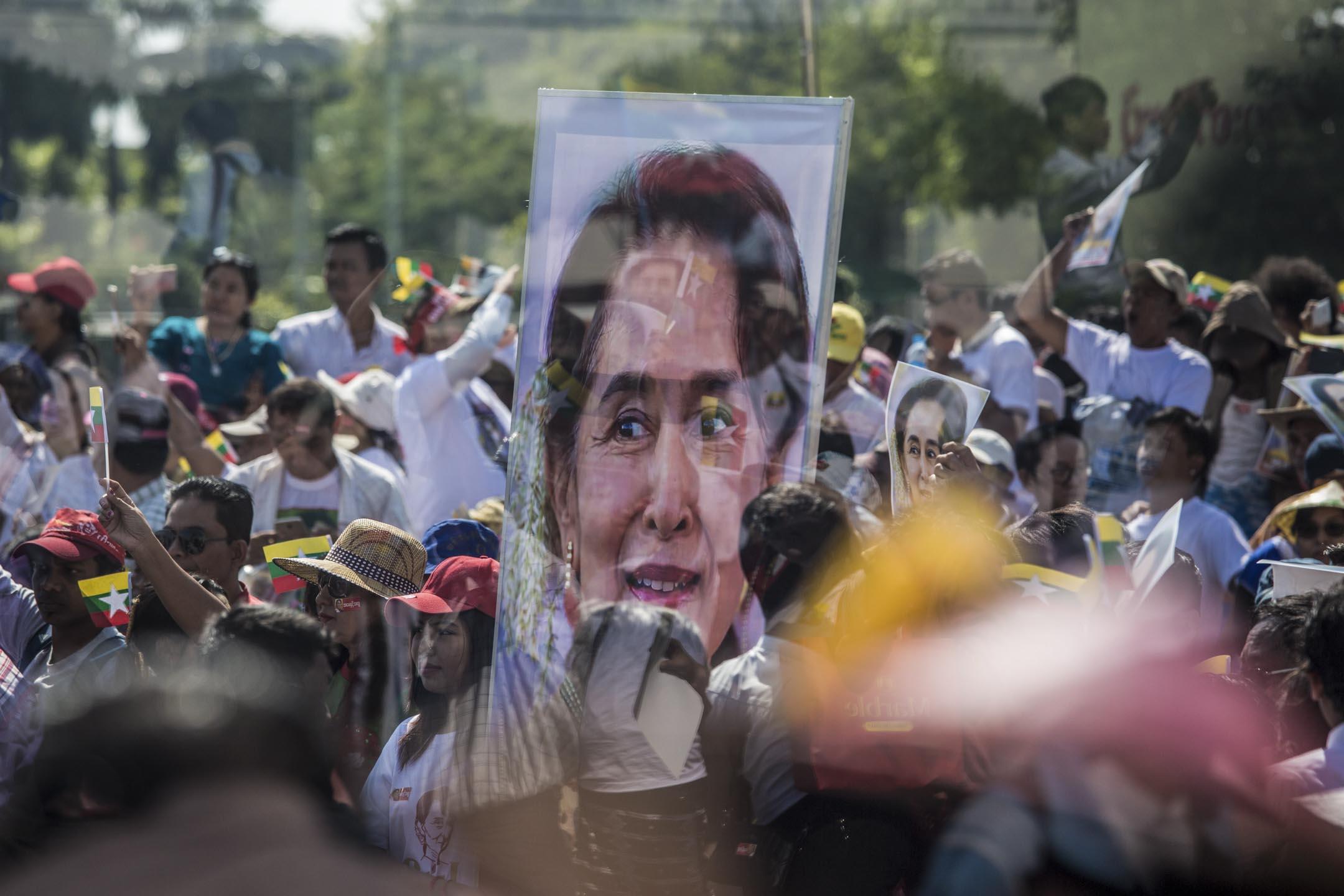 2019年12月10日,緬甸國務資政翁山蘇姬準備出席荷蘭海牙國際法院對於羅興亞事件舉行的聽證會,仰光支持者作出歡送。 攝:Sai Aung Main / AFP
