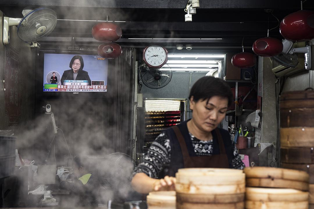 2019年12月29日,一間小吃店的電視上播放2020總統選舉電視辯論。