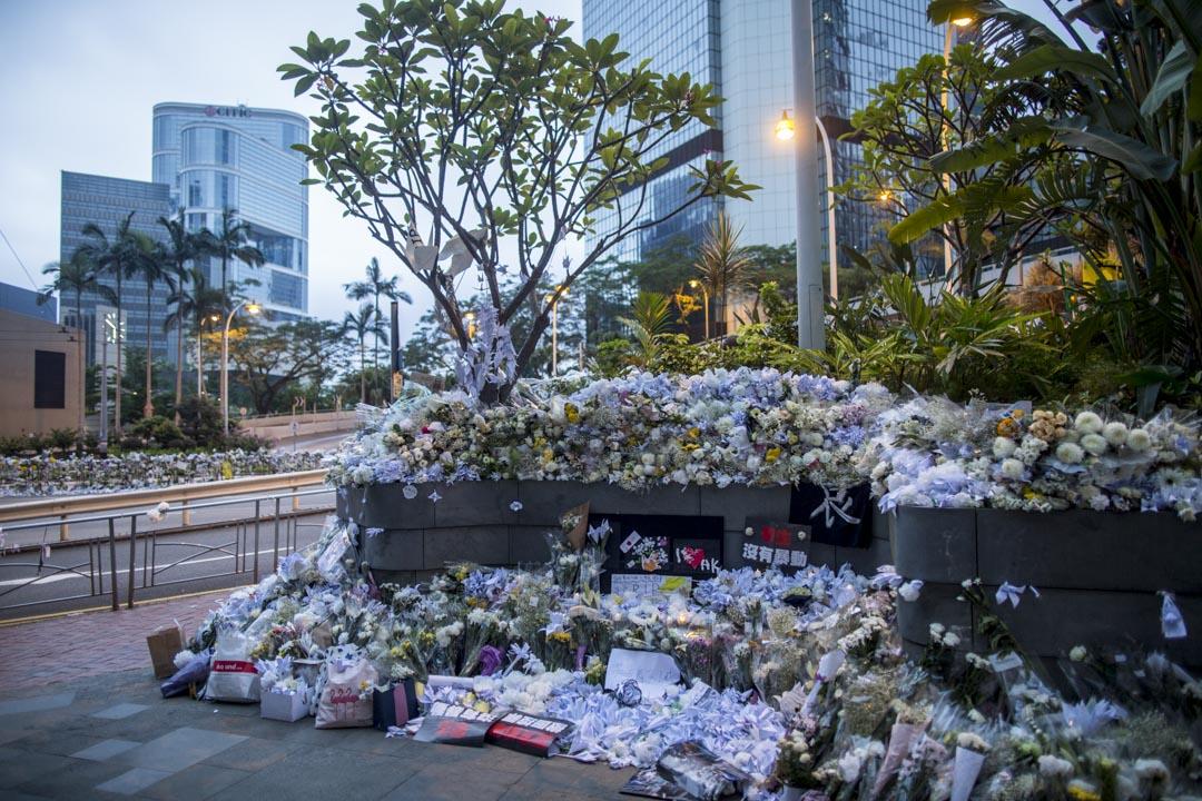 2019年6月17日,金鐘太古廣場外有大量市民獻上的白花,是悼念於太古廣場平台抗議其後墮地不治的「黃衣人」 。