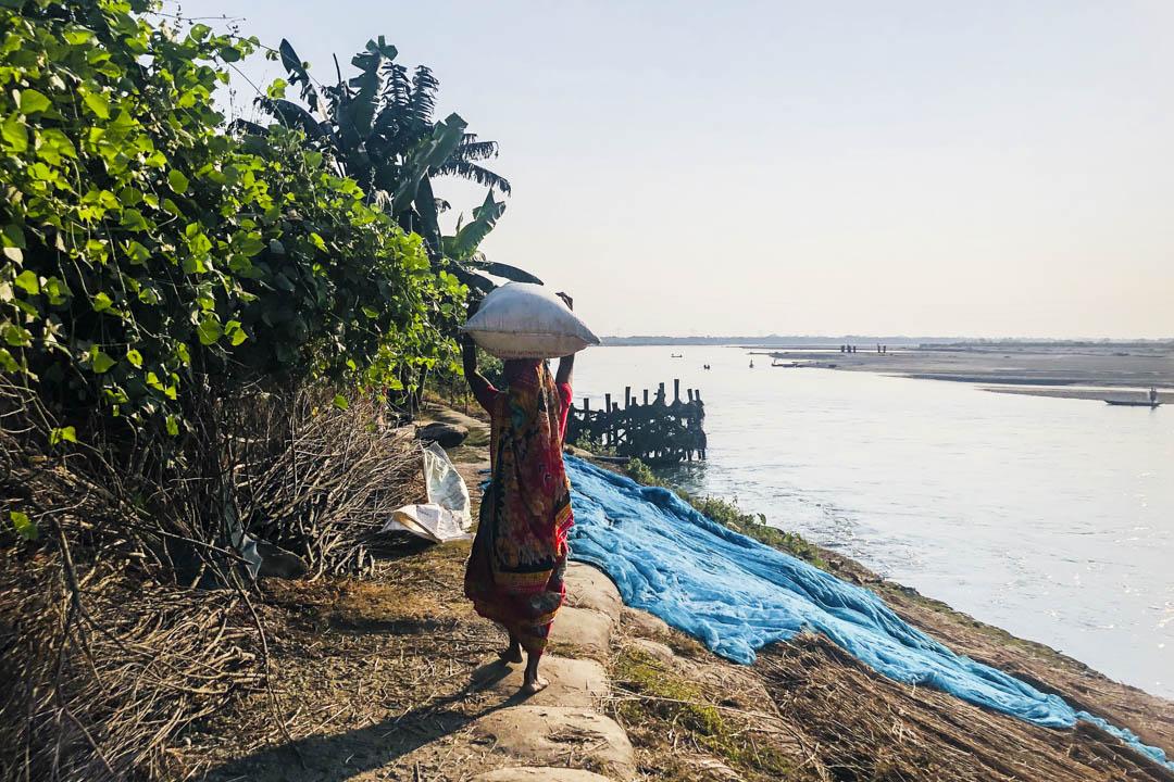 沿河而居的移民和房屋。