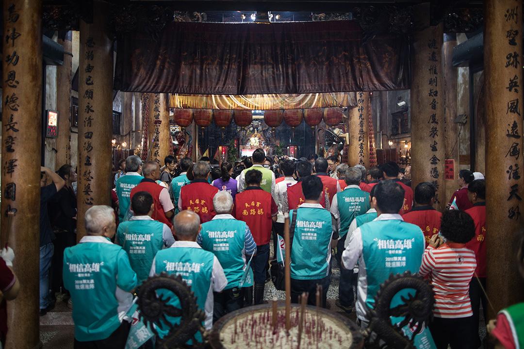 2018年11月16日高雄市長候選人陳其邁到廟參拜。