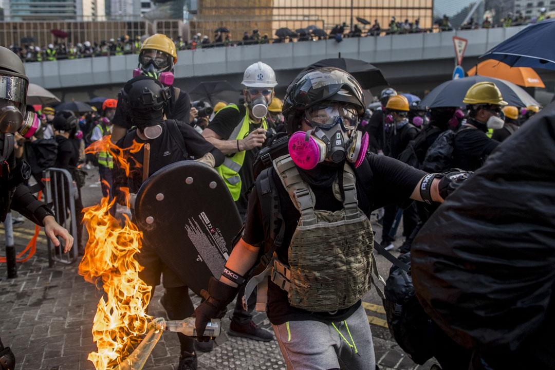 2019年9月15日,示威者向警方及政府總部方向投擲多枚汽油彈,雙方在政府總部西翼位置爆發激烈衝突。