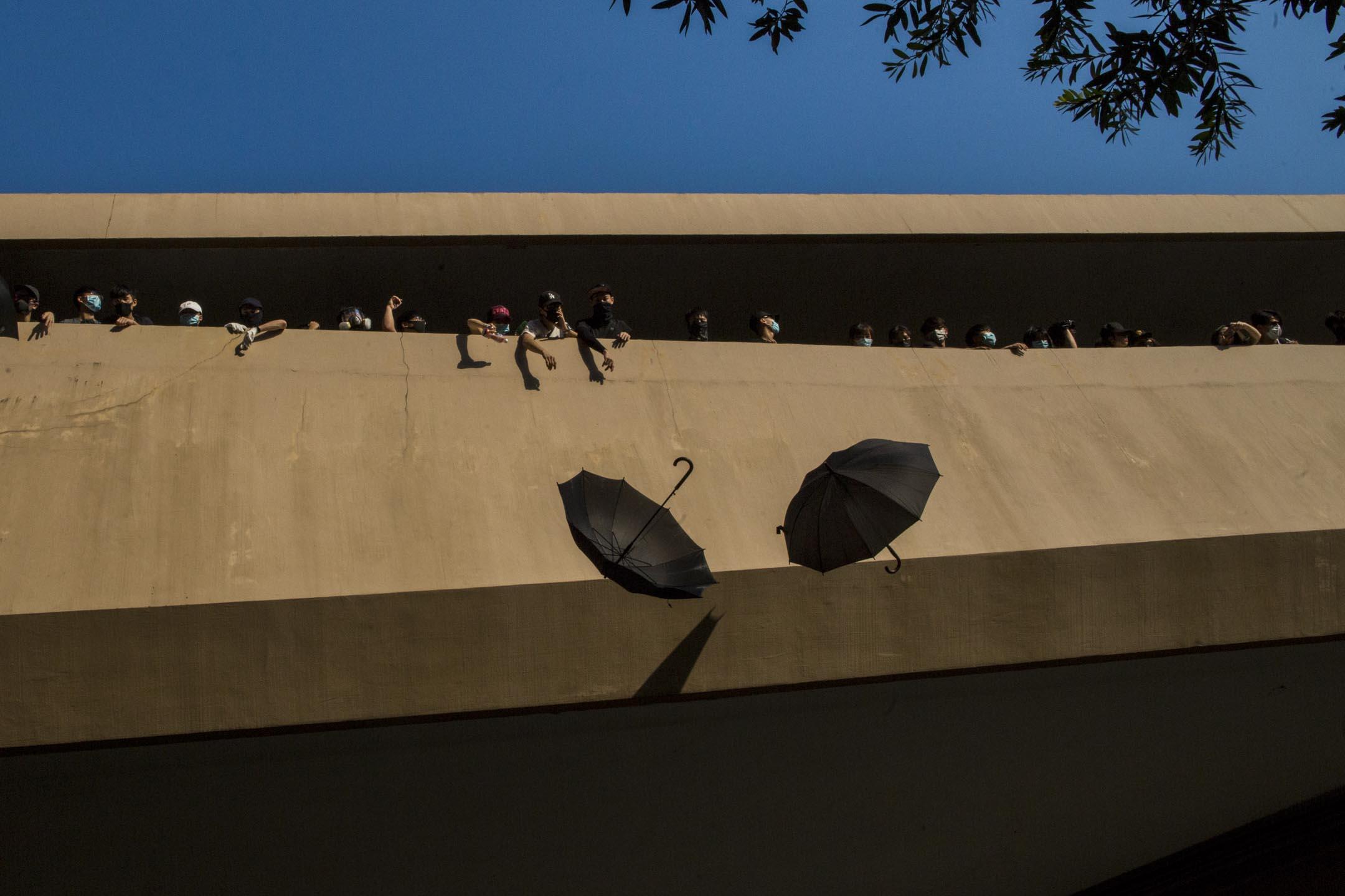 2019年9月21日,參加光復屯門公園遊行的示威者從高處扔下傘。