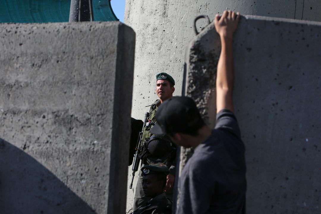 卡蘭迪亞檢查站,一名以色列守衛正在看守邊境。