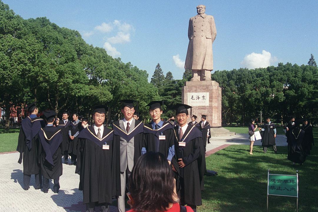 上海復旦大學畢業生正在拍照。 攝:Kate Whitehead/South China Morning Post via Getty Images