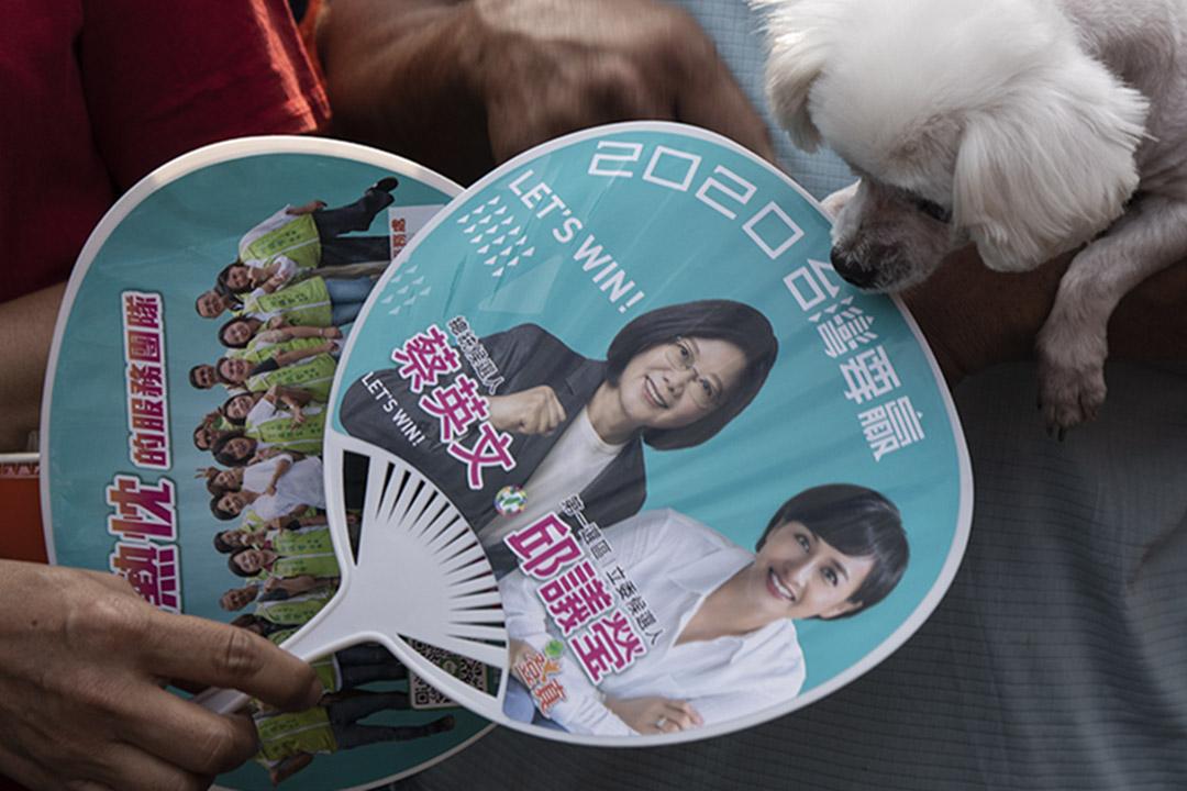 2019年11月4日,蔡英文在高雄宮廟參香期間,村民拿著競選宣傳品。