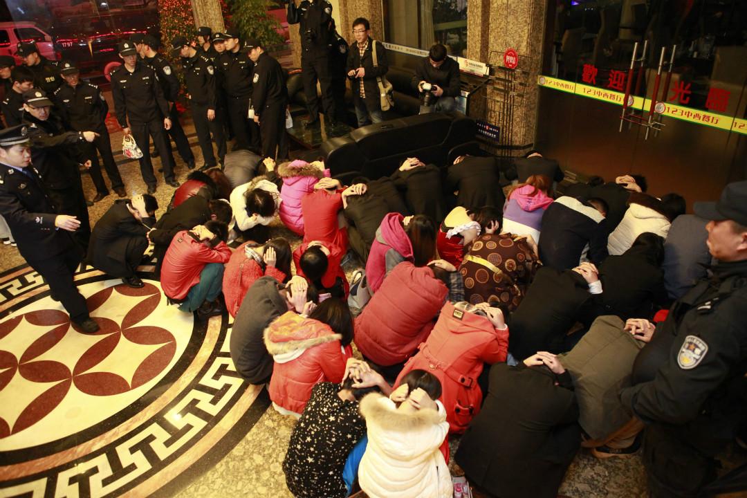 2014年2月9日,中國警方搜查廣東東莞一家娛樂中心,圍捕疑似性工作者及顧客。 攝:Getty Images