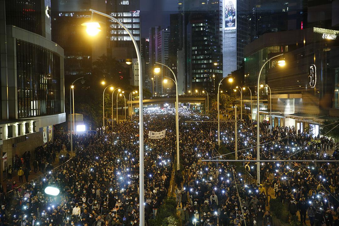 2019年12月8日,民陣發起國際人權日遊行,晚上六點左右,參與遊行的人高舉手機閃光燈前進。
