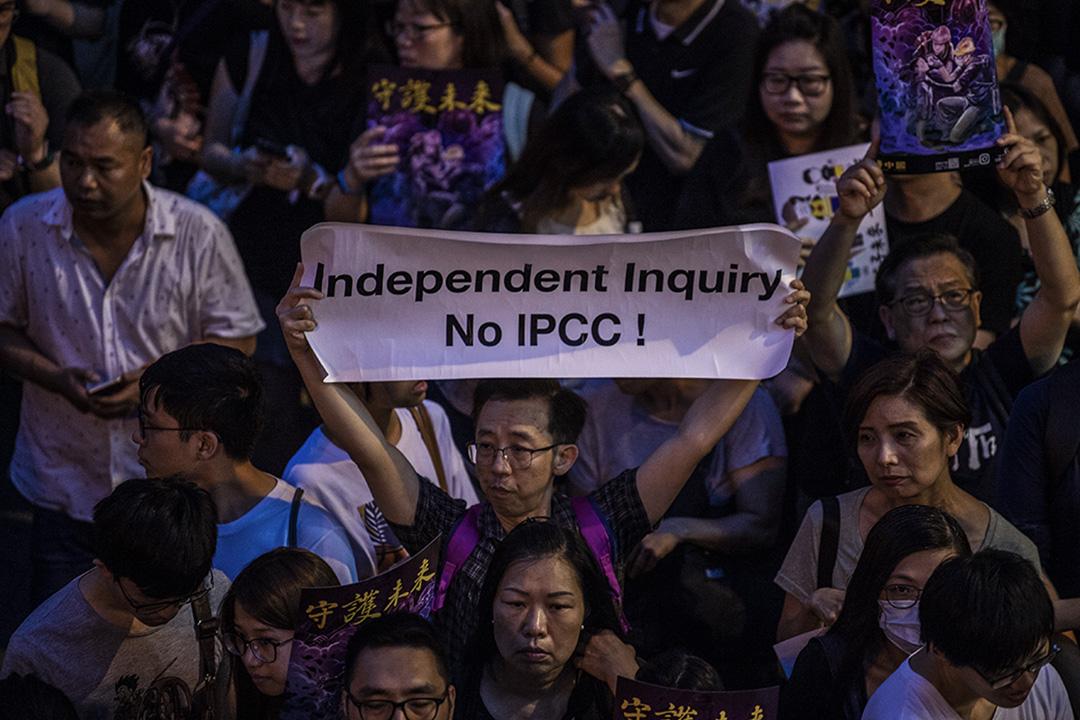 2019年8月2日香港公務員集會中,一名示威者舉起標語。 攝:Vernon Yuen / NurPhoto via Getty Images