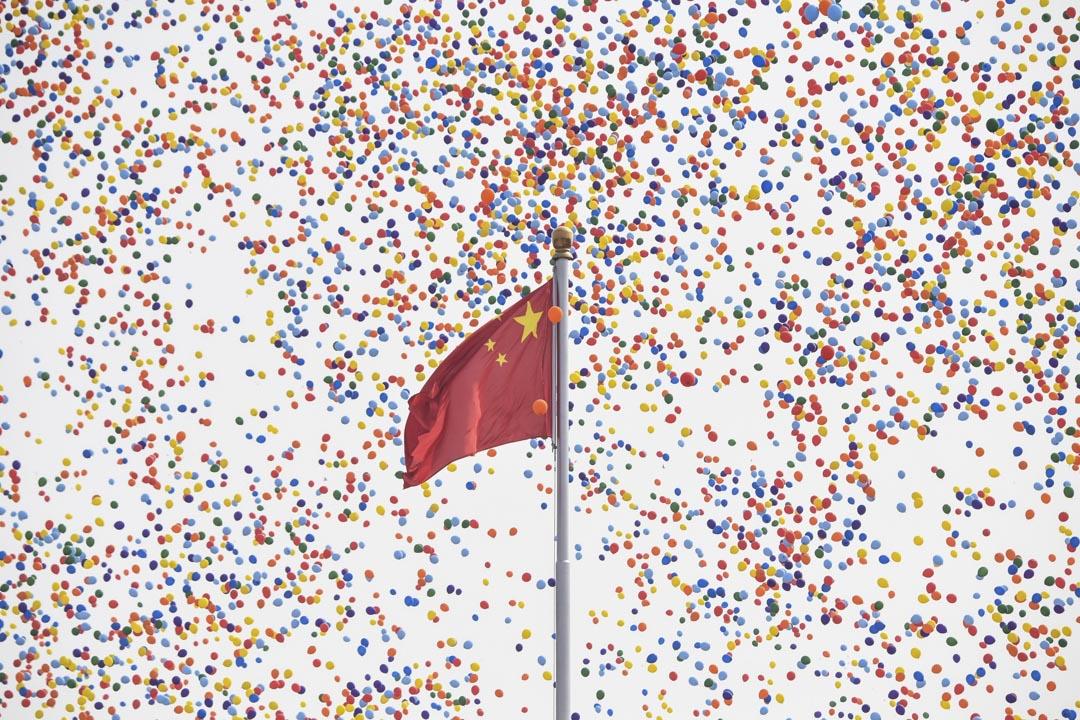 2019年10月1日,北京天安門廣場的閱兵儀式結束,國旗前有大量氣球出現。 攝:Greg Baker/AFP via Getty Images