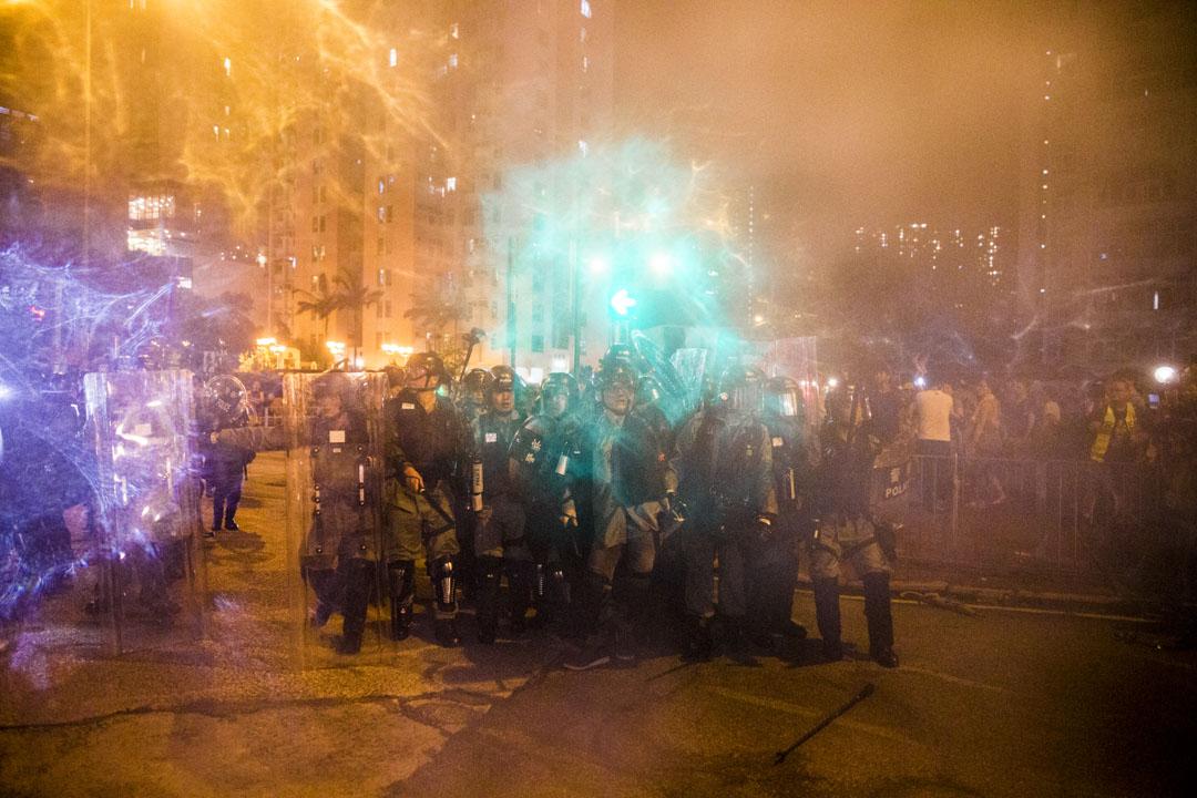 2019年8月3日,大量黃大仙區市民喝罵警察,防暴警察到場向市民作出驅散並噴射胡椒水劑。