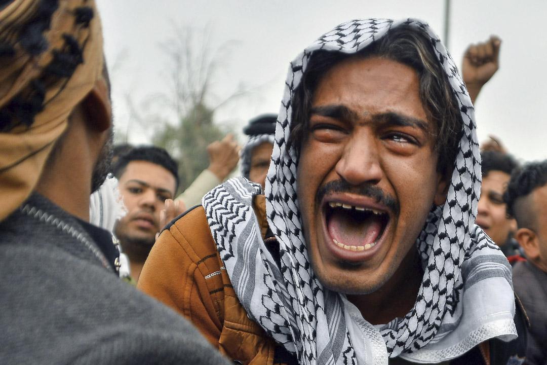 2019年11月29日,因抗議而喪生的反政府示威者的葬禮隊伍上,一名男士哭泣。