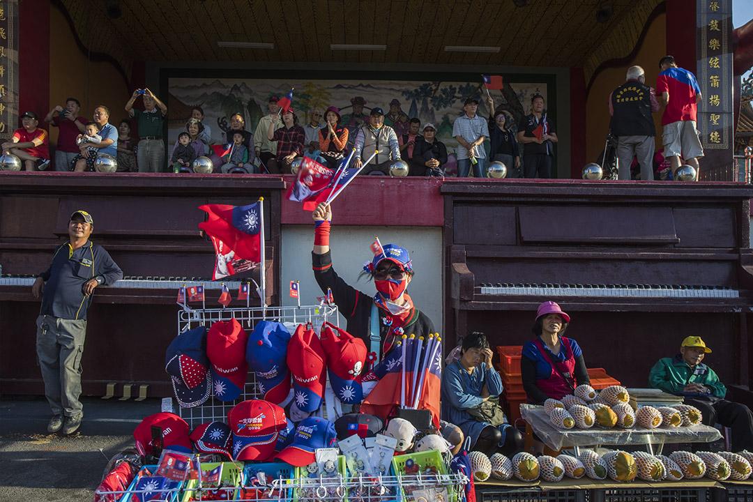 2019年11月6日,台灣苗栗縣的一場韓國瑜造勢活動,攤商在宮廟附近擺賣。