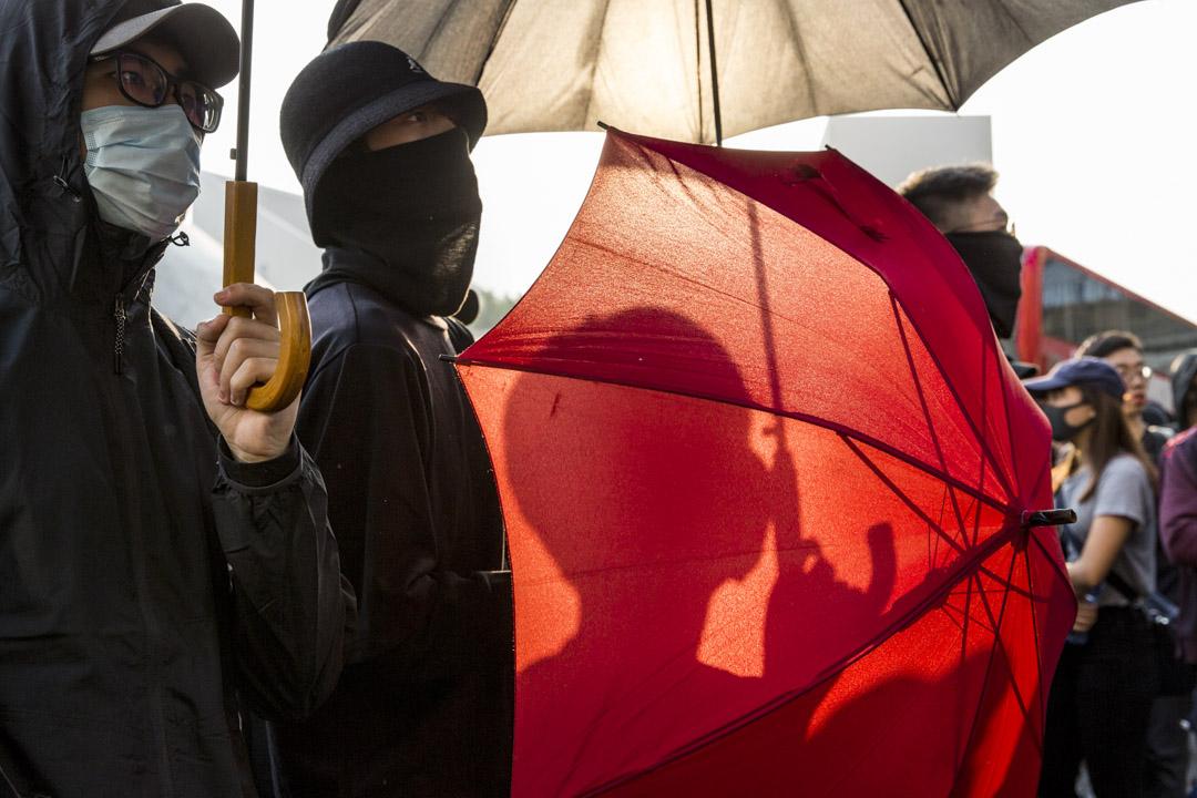2019年12月1日,網民發起「毋忘初心大遊行」,示威者手持紅色雨傘。 攝:林振東/端傳媒