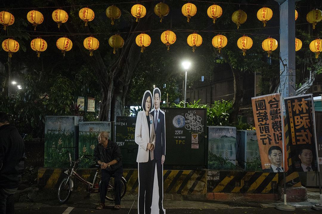 2019年11月30日,立委候選人林昶佐的造勢晚會上,豎立了一個蔡英文人形紙板。
