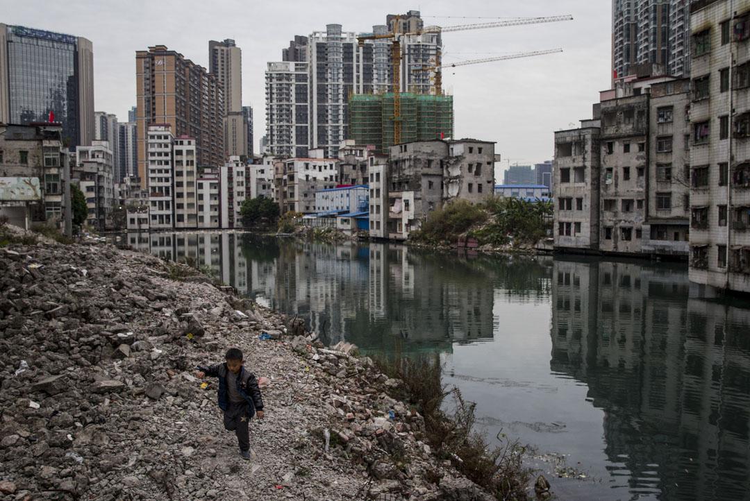 2016年2月17日,廣州珠江新城區,一個小孩在被拆毀的居民樓附近玩耍。