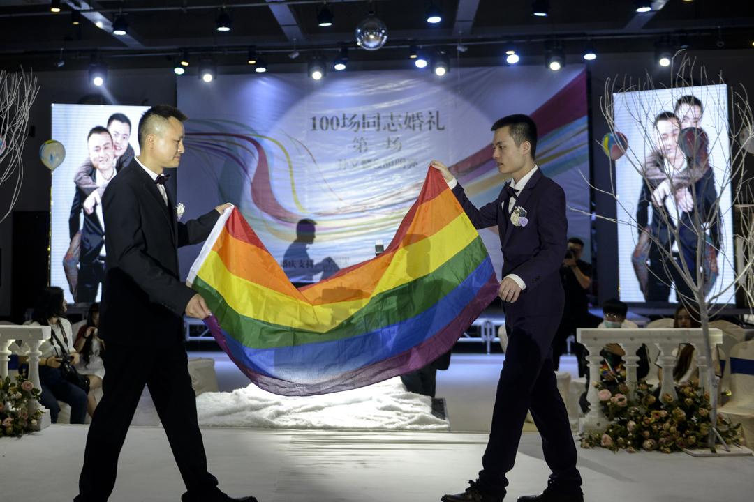2019年5月17日,內地第一對男同性戀的婚禮於湖南長沙舉行,主角孫文麟和胡明亮兩人手持彩虹旗步出會場。 攝:Visual China Group via Getty Images/Visual China Group via Getty Images