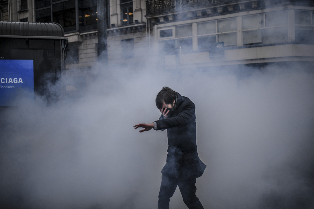 2019年12月5日,法國巴黎,一名男子穿過煙霧彌漫的街道。