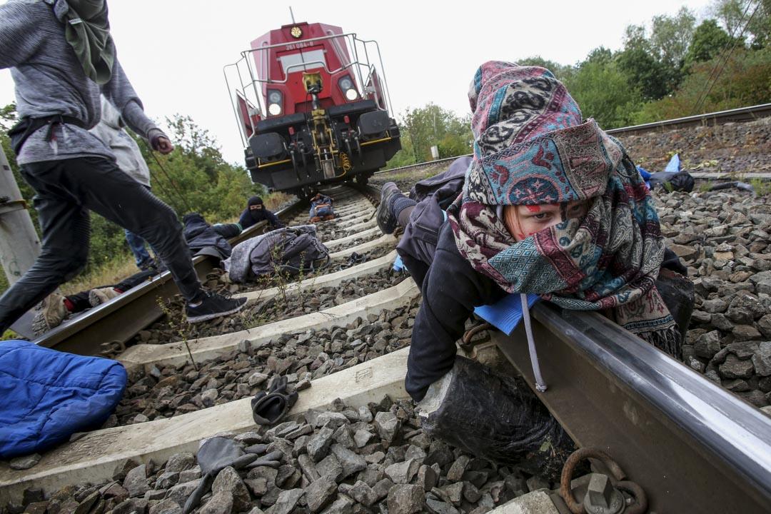 2019年8月13日,德國北部,幾名環保主義人士將自己鎖在鐵軌上以阻止一輛裝載著德國大眾汽車工廠運送新汽車的火車通過。這一名叫「汽車自由行動」的組織的訴求包括實現無車市中心和建設氣候友好型的公共交通。