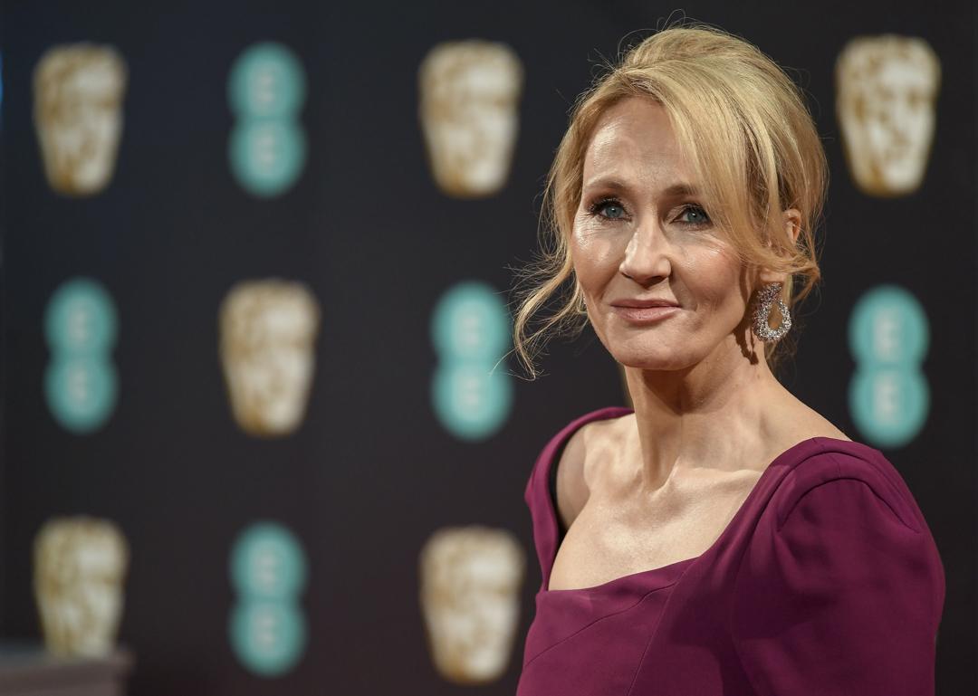 《哈利波特》系列作者J.K.羅琳(J. K. Rowling)近日在推特上「聲援」一位因發表「歧視跨性別者言論」而失去工作的稅務專家,引起批評。 攝:JUSTIN TALLIS/AFP via Getty Images