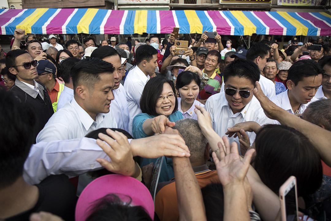 2019年11月3日,蔡英文到高雄的寺廟參拜並與群眾握手。