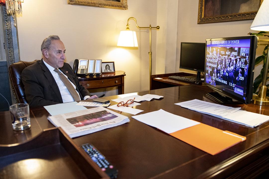 2019年12月18日,美國參議院少數黨領袖舒默(Chuck Schumer)在辦公室收看直播,關注眾議院針對總統特朗普的彈劾案表決結果。 攝:Samuel Corum / Getty Images