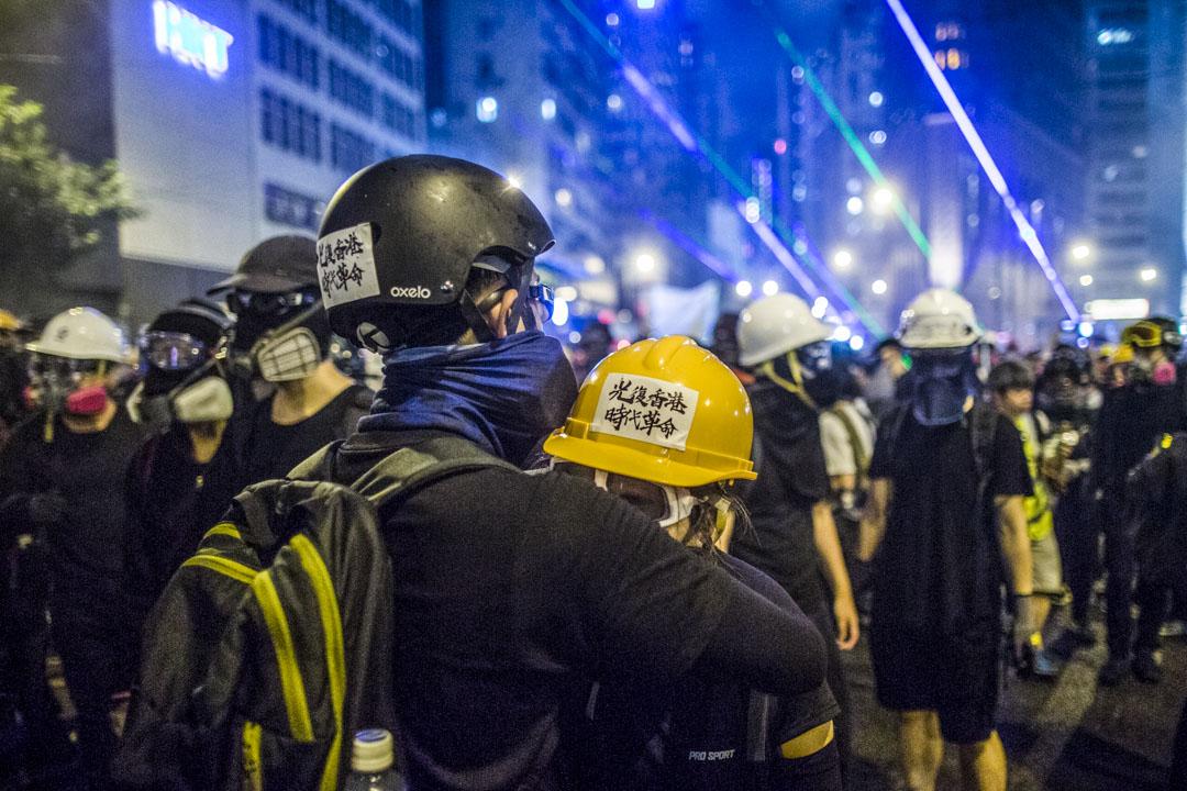 2019年8月31日,兩名示威者在灣仔警總外戒備。  攝:林振東/端傳媒