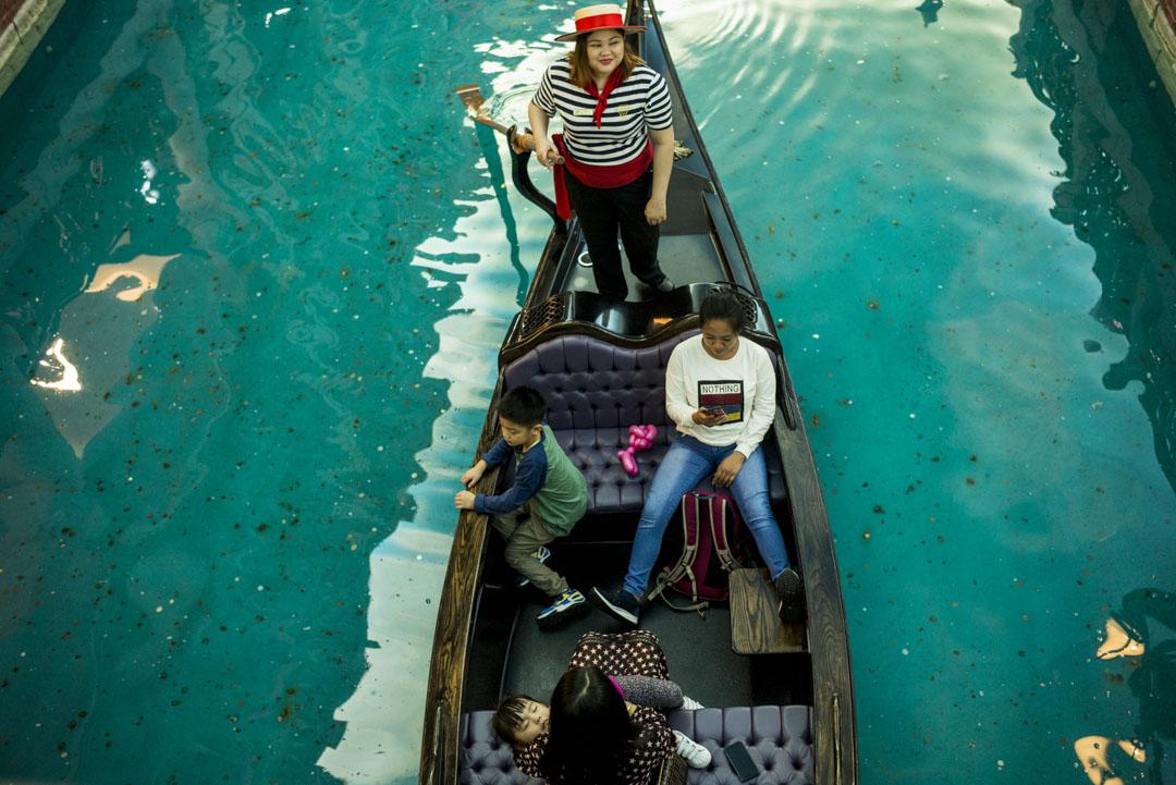 2019年12月18日,旅客在威尼斯人酒店內搭乘貢多拉船,航行於室內的三大運河。