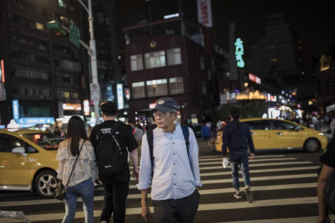 旅居台灣的銅鑼灣書店前店長林榮基接受媒體採訪,並質疑王立強說法。