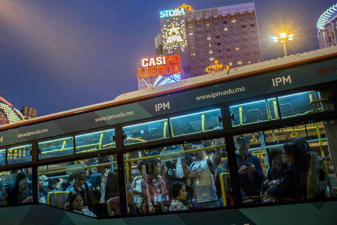 2019年12月18日,下班時間,澳門居民乘坐巴士回家。