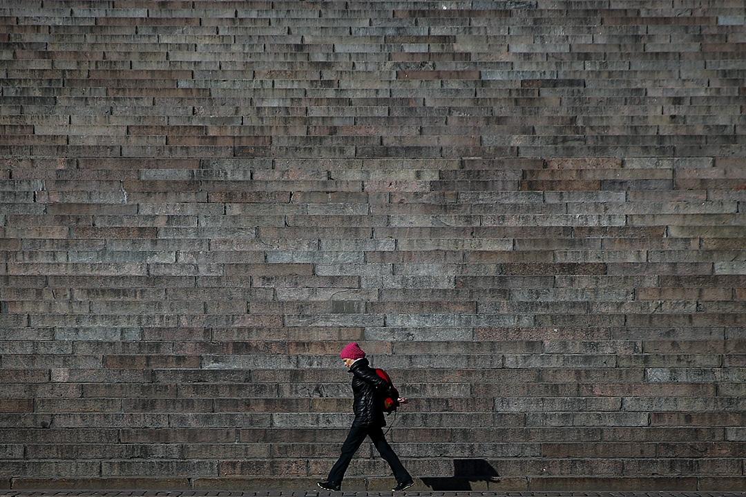 2016年4月5日,芬蘭赫爾辛基一個女人走過參議院廣場的樓梯。