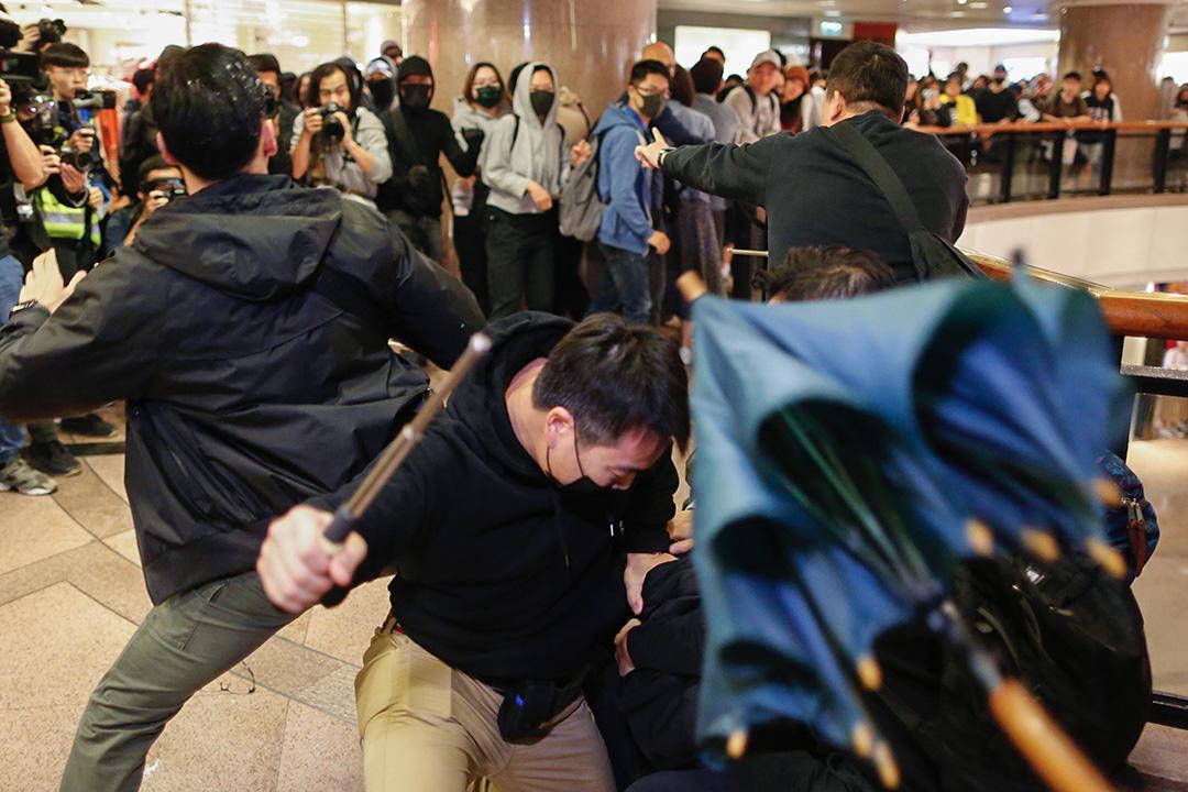 2019年12月24日,示威者在尖沙咀海港城與警方衝突。