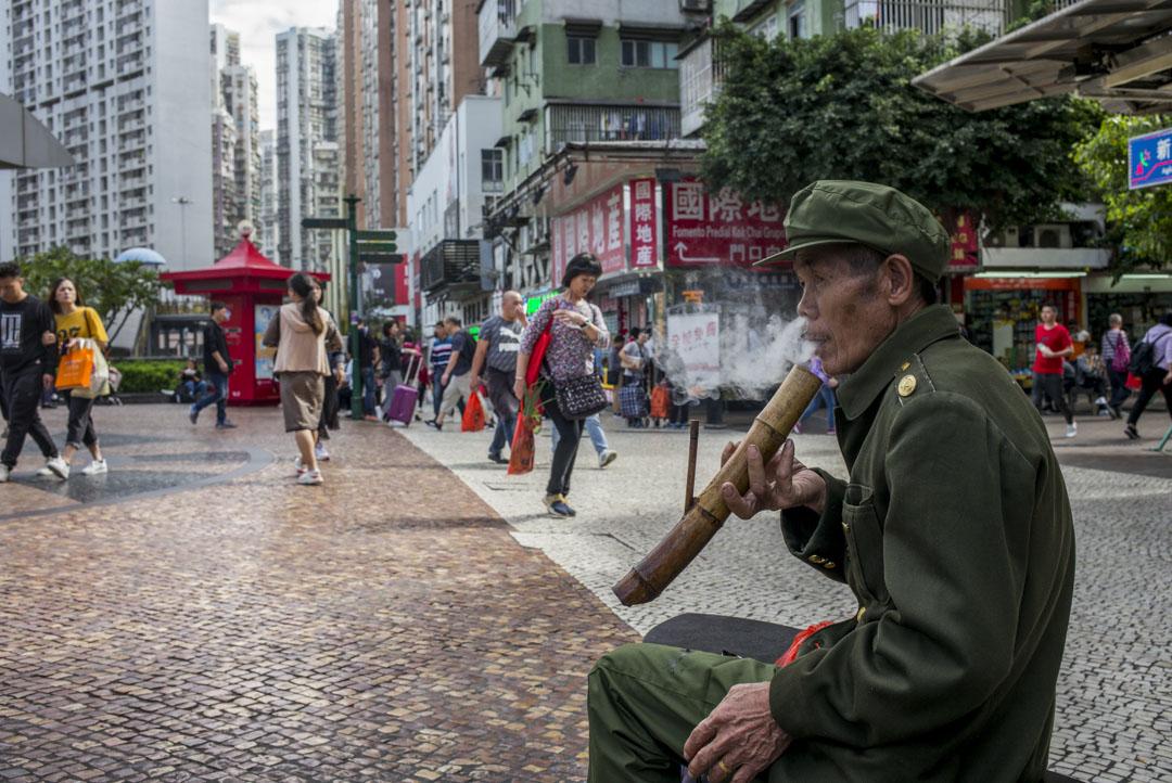 2019年12月18日,一位中國內地的旅客在街上抽煙。