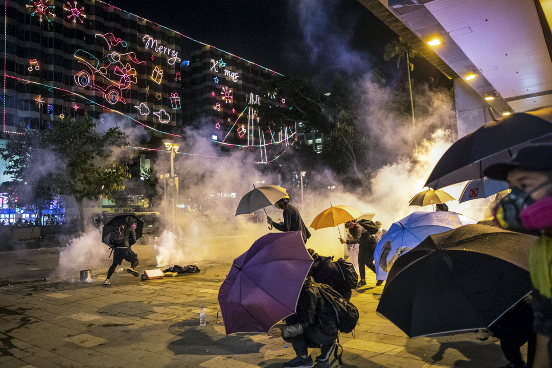 2019年11月18日尖東,一班示威者在香港理工大學外,嘗試營救理工大學內被困的示威者。