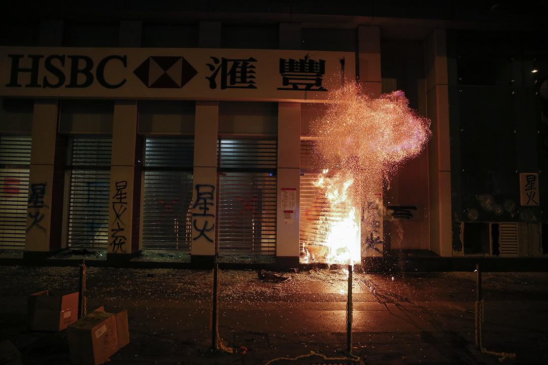 2019年12月25日,示威者在旺角破壞匯豐銀行。