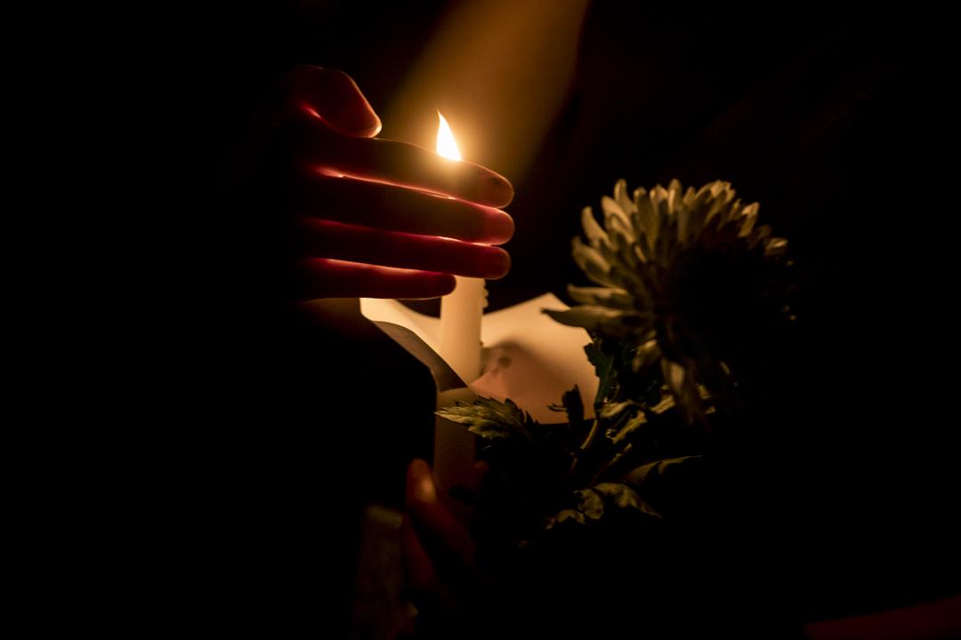 2019年11月8日晚上,同學和市民自發來到科大校園,點起蠟燭為周同學舉行悼念會。
