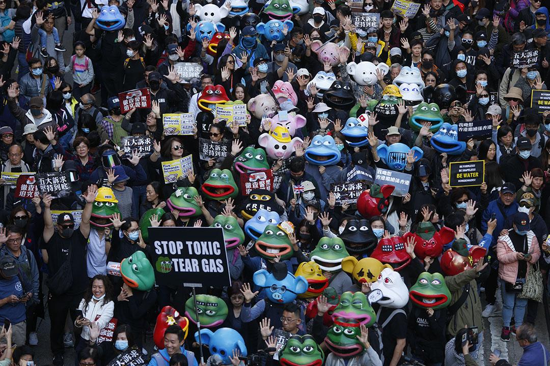 2019年12月8日,民陣發起國際人權日遊行,遊行人群手舉標語。