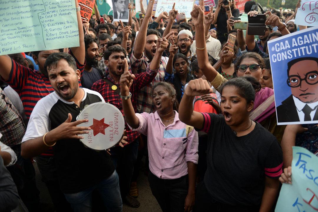 2019年12月19日,示威者針對印度的新國籍法進行示威,高舉標語牌並大喊口號。 攝:Arun Sankar/AFP via Getty Images