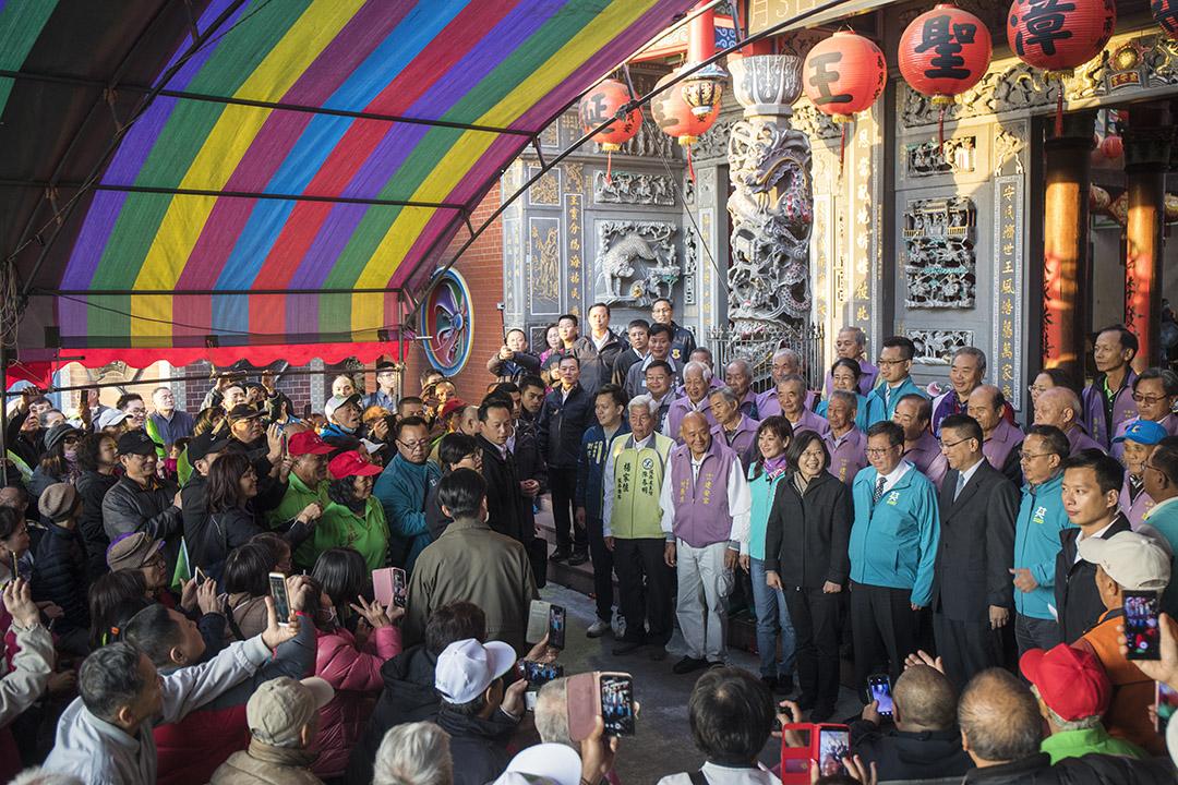 2019年12月4日,蔡英文在桃園建安宮參香拜票。