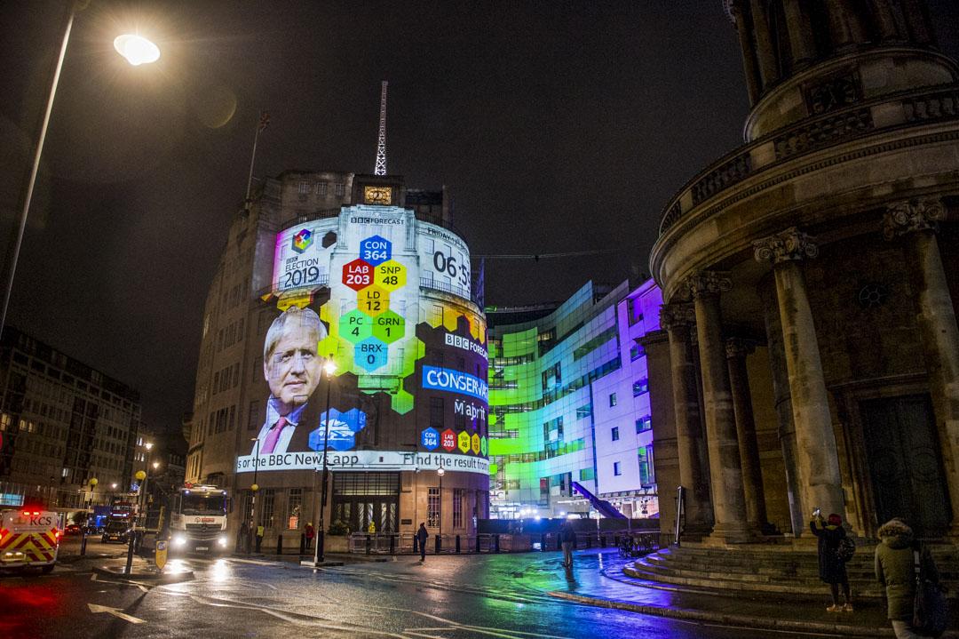 2019年12月13日,英國倫敦的BBC大樓外屏幕展示預測的選舉數字。