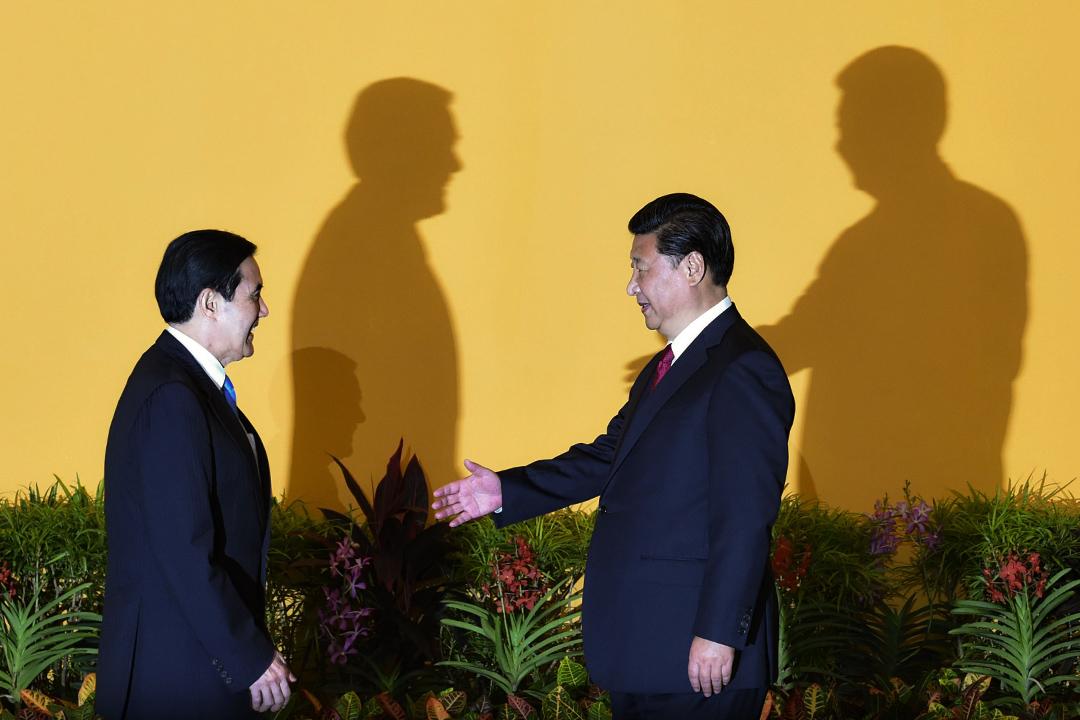 2015年11月7日,中國國家主席習近平(右)與台灣總統馬英九(左)握手,然後於新加坡香格里拉酒店會晤。
