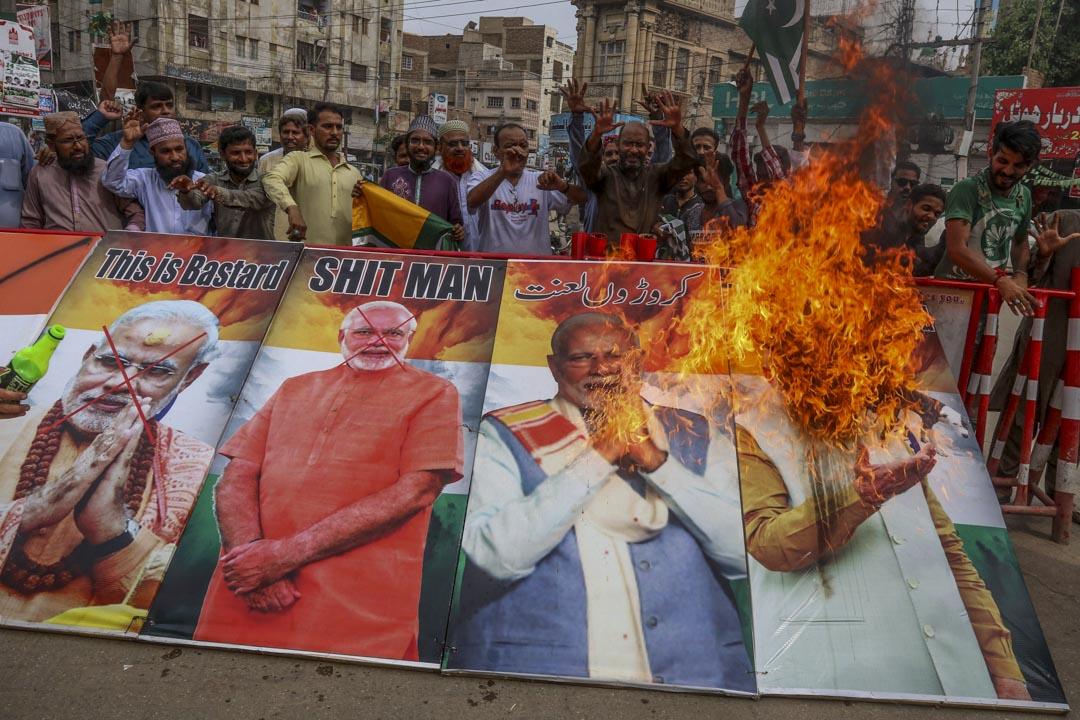 2019年8月15日,示威者焚燒印度總理莫迪的肖像,抗議印度政府取消此前憲法賦予印控克什米爾地區的特殊地位。