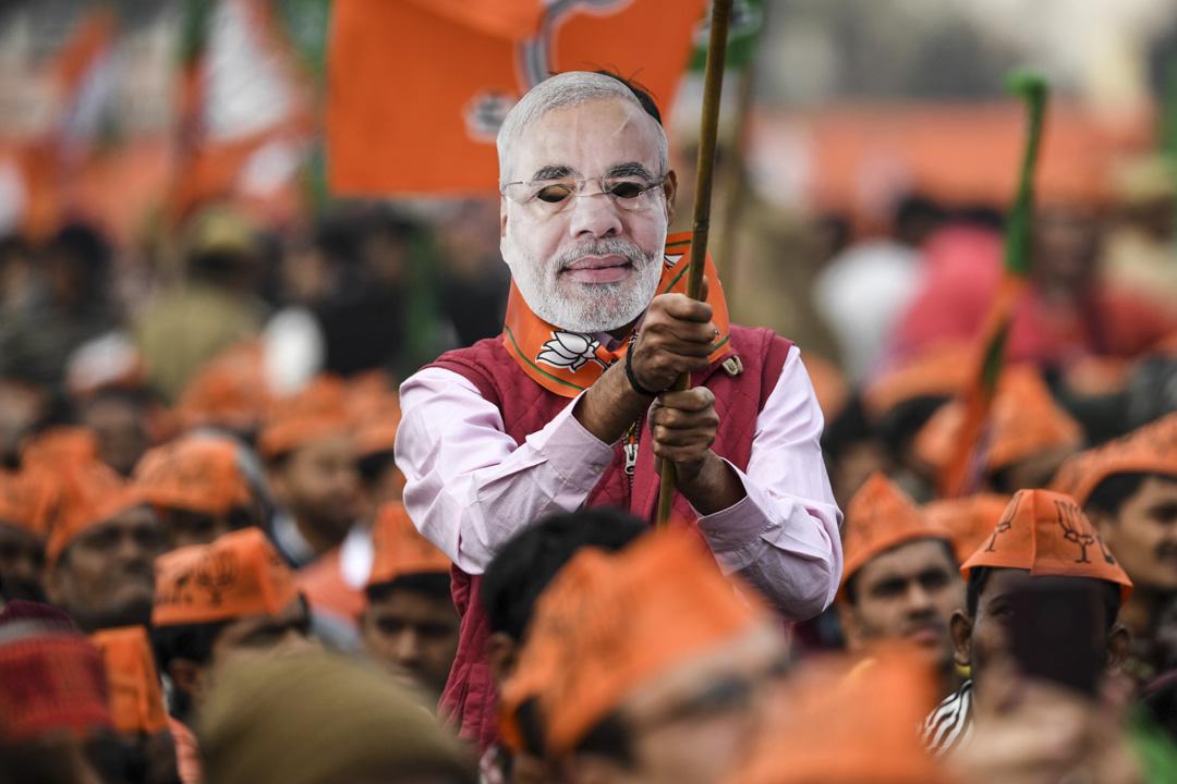 2019年12月22日,印度執政黨BJP的支持者戴著印度總理莫迪肖像出席集會。